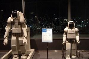 آسیمو (سمت راست) در کنار روبات انسان نمای سری P هوندا