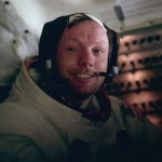 باز آلدرین این عکس را پس از پایان راهپیمایی فضایی در کابین از نیل آرمسترانگ گرفتهاست.