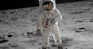 باز آلدرین بر روی سطح ماه