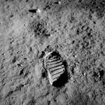 جاپای باز آلدرین. این بخشی از پژوهش آزمایش ویژگیهای سطح ماه بود.