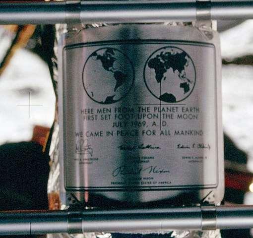 پلاک نصب شده در ماه