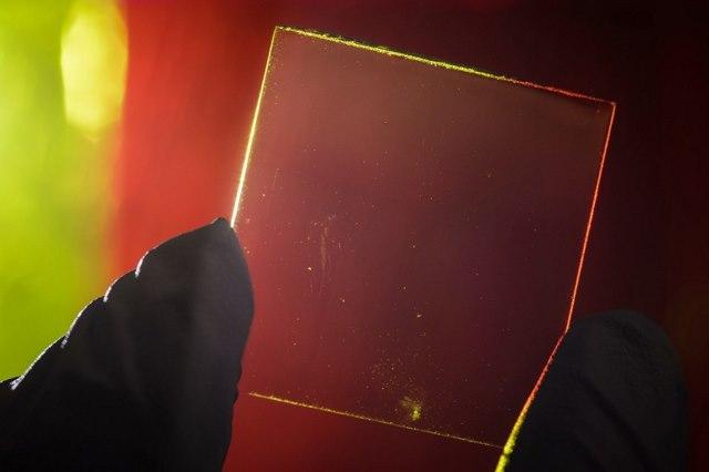 پنل خورشیدی شفاف که نور را از خود عبور میدهد